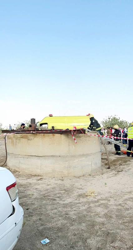 رجال الدفاع المدني يباشرون حادثة سقوط الطفل في البئر. ( تصوير: المحرر)