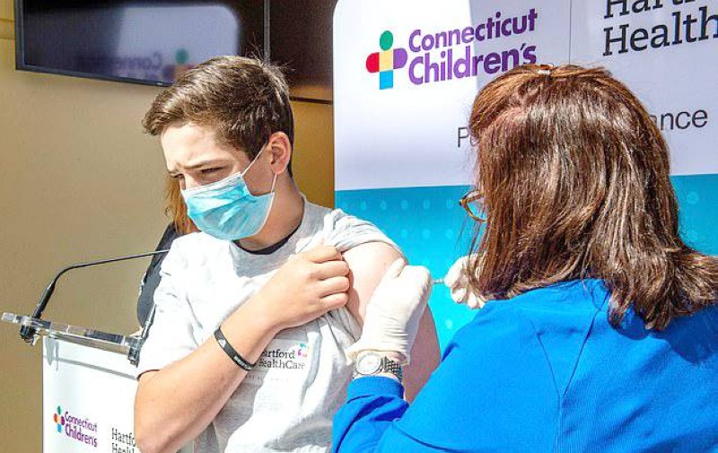 تطعيم الشباب في بريطانيا يبدأ من 16 عاماً. (وكالات)