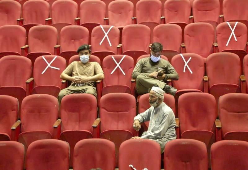 موظفون حكوميون بانتظار الحصول على اللقاح في إسلام آباد. (وكالات)