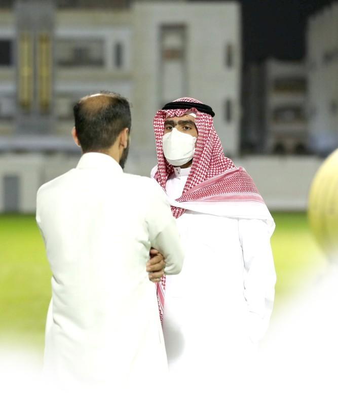 حديث جانبي بين أحمد كعكي ومشعل السعيد. (نادي الاتحاد)