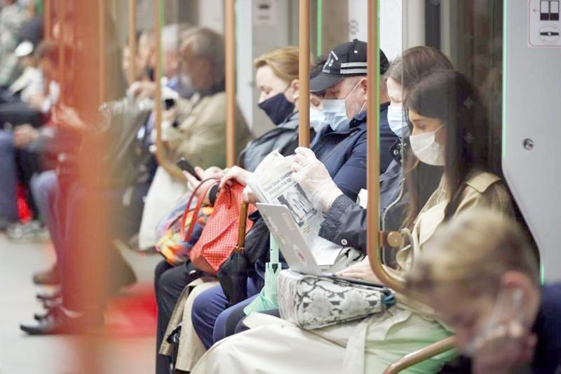 مسافرو قطارات المترو في موسكو يلتزمون بارتداء الكمامات. (وكالات)