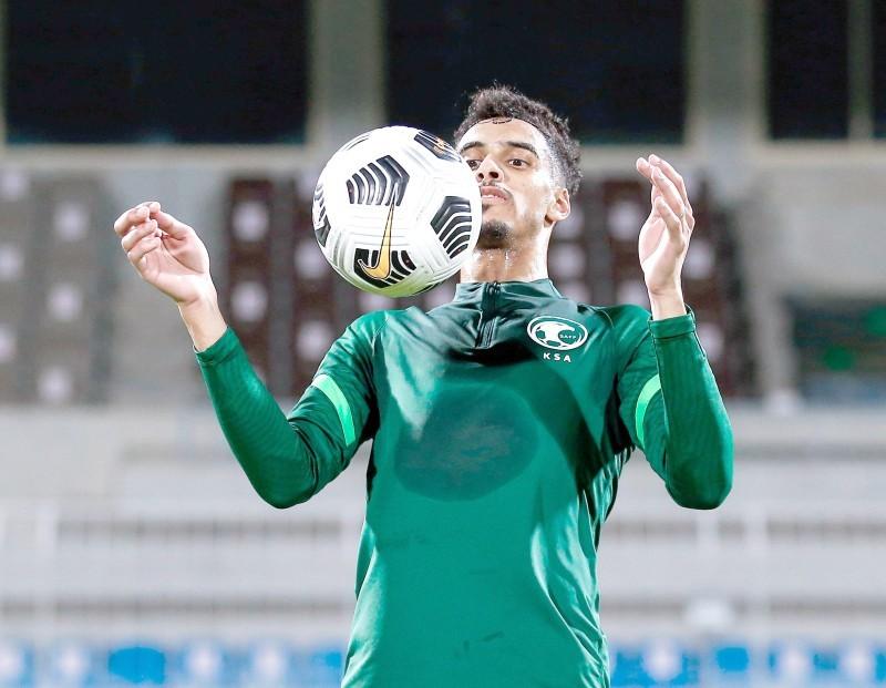 لاعب المنتخب السعودي علي الأسمري يستعرض مهاراته في التدريب. (اتحاد الكرة)