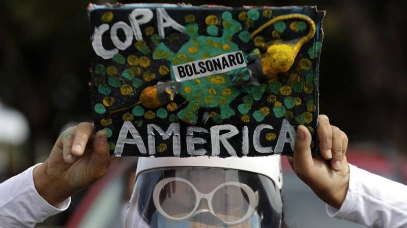 أحد مشجعي البرازيل يحتج على إقامة بطولة كوبا أمريكا. (EFE)