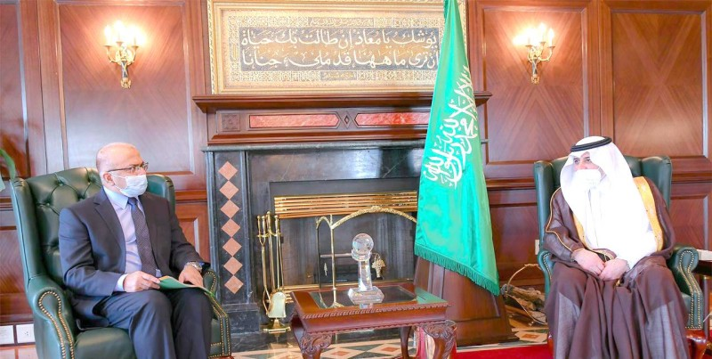 أمير تبوك خلال استقباله السفير الباكستاني أمس.