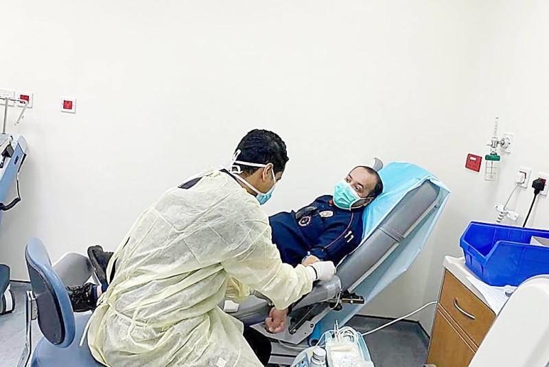 التبرع بالدم يرسخ مكانة العمل الإنساني.  (عكاظ)