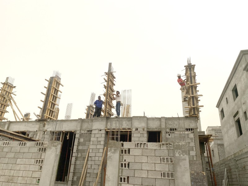 عمالة بناء في سيهات أمس. (تصوير: محمد الشهراني)