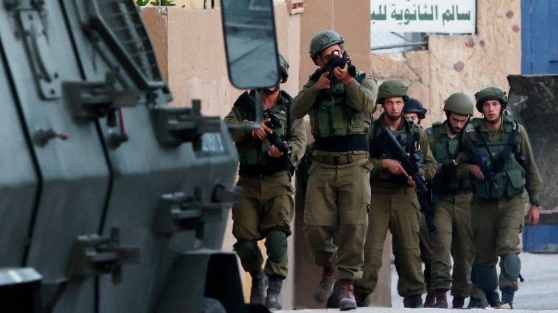 جنود الاحتلال مدججون بالسلاح.