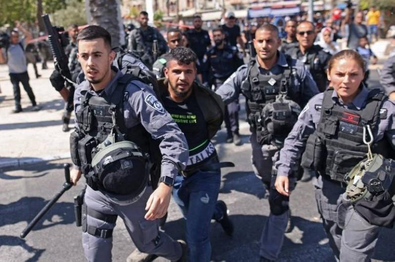الاحتلال يعتقل أحد الفلسطينيين بسبب الاحتجاج على ما يعرف بمسيرة الأعلام.