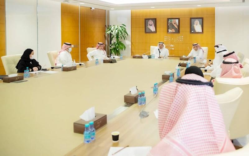 وزير التعليم خلال لقائه بأمين مؤسسة (موهبة) والطلبة الفائزين.  (واس)