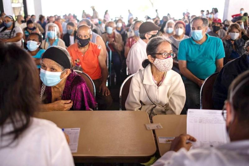 المئات ينتظمون في طابور حلم الحصول على اللقاح في كراكاس. (وكالات)