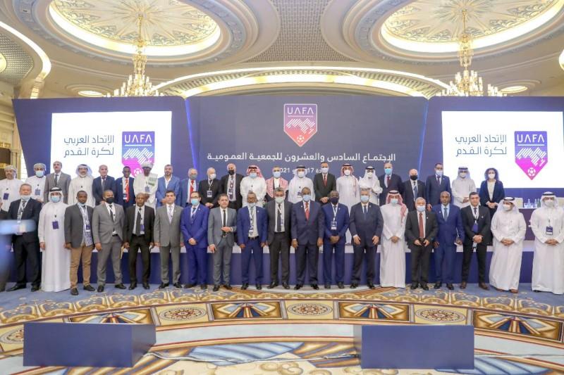 الفيصل يتوسط أعضاء الجمعية العمومية للاتحاد العربي لكرة القدم. (وزارة الرياضة)