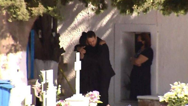 صورة لحضور الزوج القاتل للتأبين محتضنا والدة زوجته الراحلة (موقع BBC)