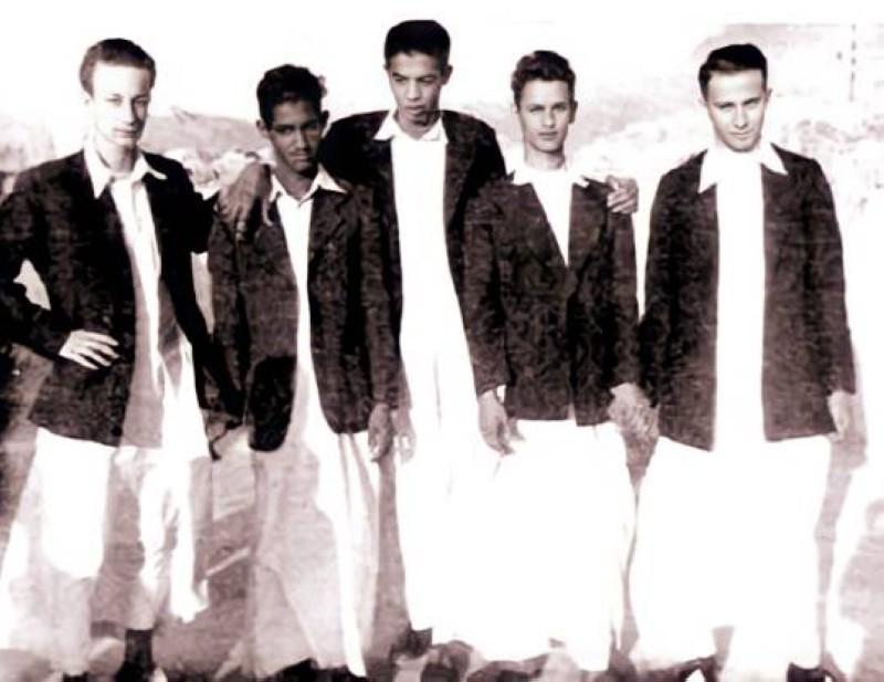 الخريجي (الثاني من اليمين) مع زملائه بمدرسة تحضير البعثات في مكة عام 1953م.