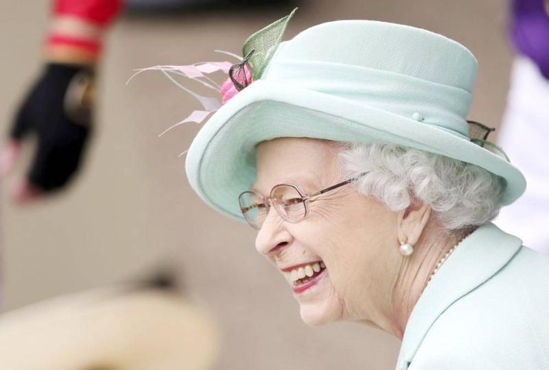 الملكة اليزابيث بدت مبتهجة عند حضورها سباق أسكوت للخيل أمس الأول. (وكالات)