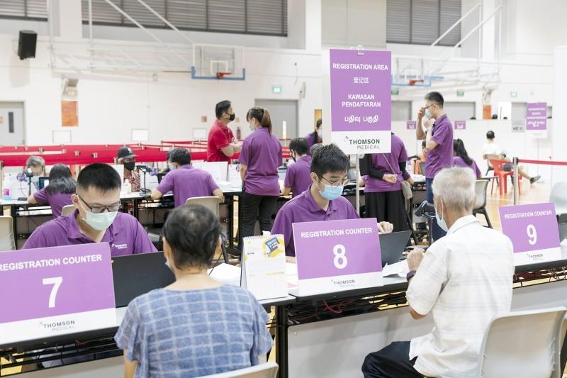 مواطنون أثناء التسجيل للحصول على لقاح فايزر في سنغافورة.