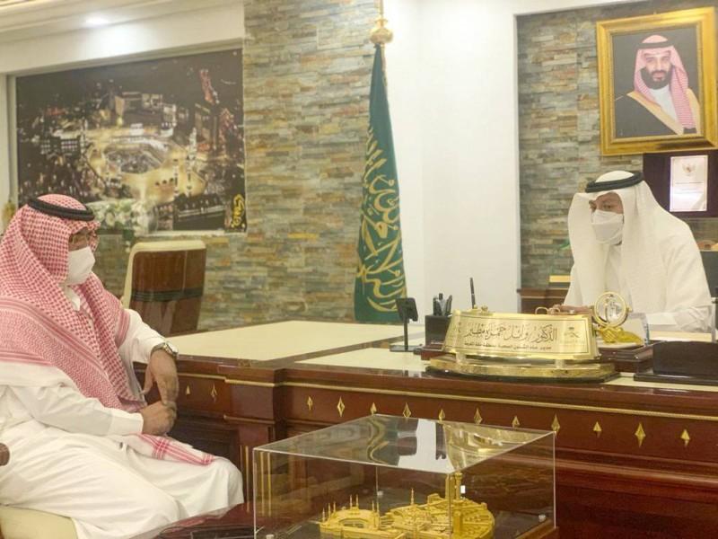 مدير صحة مكة خلال حديثه للزميل عبدالعزيز الربيعي.  (عكاظ)