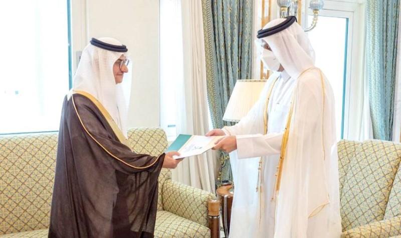 منصور بن فرحان المعين لدى دولة قطر يقدم نسخة من أوراق اعتماده. (واس)