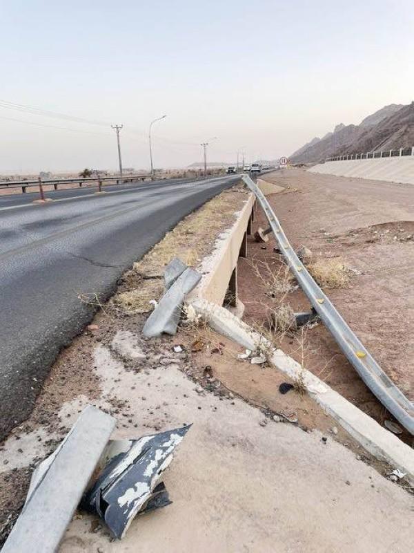 الطريق يشكل انحناءات خطرة على السائقين.  (تصوير: المحرر)