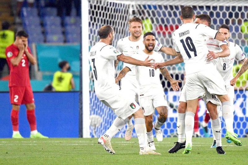 لاعبو المنتخب الإيطالي يعبرون عن فرحتهم بطريقتهم الخاصة. (الاتحاد الإيطالي)