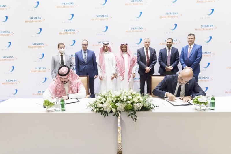 الرئيس التنفيذي لشركة سجايا لخدمات الرعاية الطبية عبدالعزيز الماجد والرئيس التنفيذي لشركة سيمنس الطبية ميشيل عطالله أثناء توقيع عقد الشراكة.