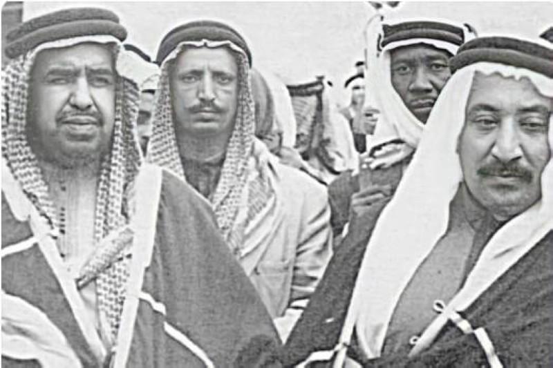 الشيخ عبدالله مع رئيسه الشيخ عبدالله المبارك الصباح في الخمسينات.