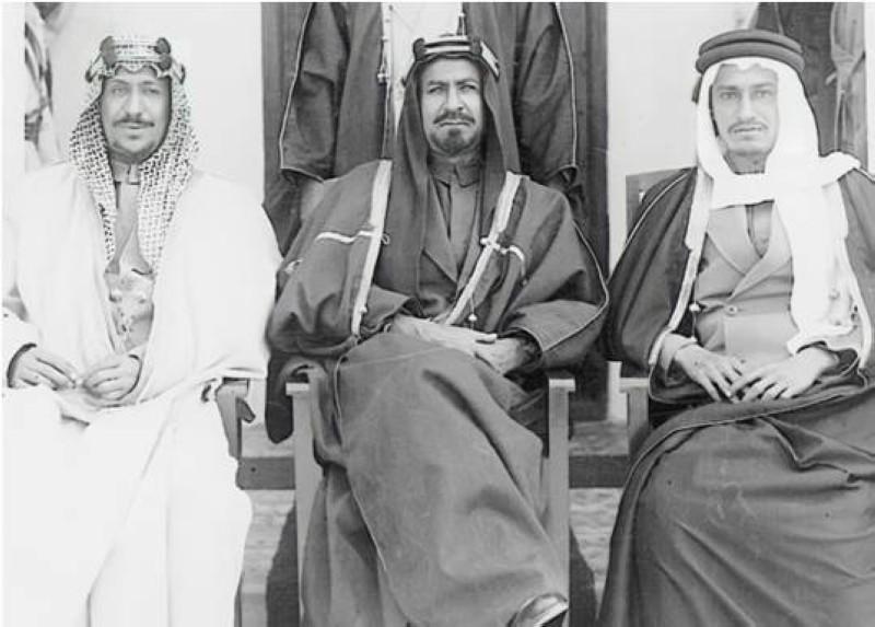 والده الشيخ أحمد الجابر الصباح يتوسط الأميرين الزائرين سعود بن عبدالعزيز وخالد بن عبدالعزيز بمبنى البلدية سنة 1943.