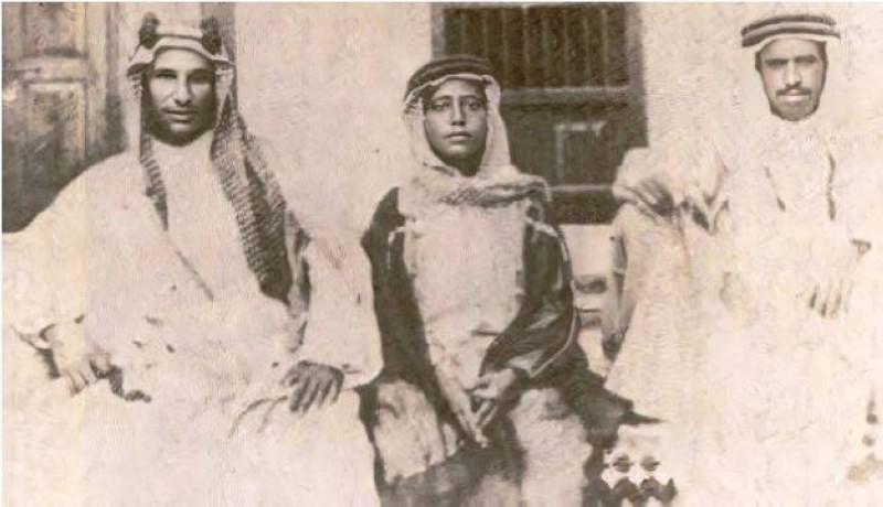 الشيخ عبدالله (إلى اليمين) مع الشيخ حمود الجابر المبارك والشيخ عبدالله الجابر الصباح سنة 1927.