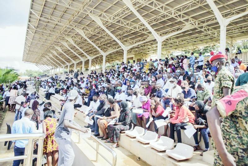 يوغندا حولت مطار كمبالا الى مركز للتطعيم بلقاحات كوفيد-19.