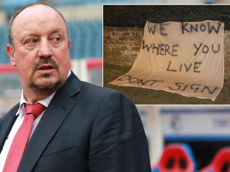 لافتة بالقرب من منزل مدرب ليفربول السابق رافا بنيتز مكتوب عليها «نحن نعرف أين تعيش.. لا توقع». (mirror)