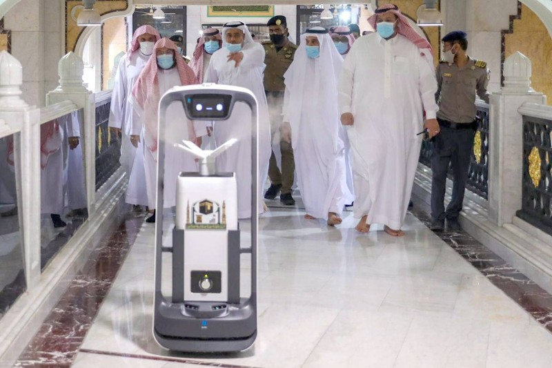 تسخير الروبوتات في المسجد الحرام لخدمة الحجاج والمعتمرين.