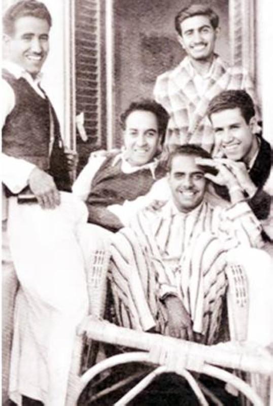 القريشي بالروب واقفاً خلف زملائه بجامعة فؤاد الأول سنة 1950 وهم ناصر المنقور وعبدالعزيز الخويطر وحمد الخويطر وعبدالرحمن آل الشيخ.