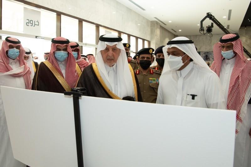 أمير مكة يستمع لشرح عن مركز الترحيب والاستقبال بالزايدي (إمارة مكة - «تويتر»)