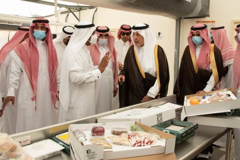 أمير مكة يستمع لشرح عن وجبات الحجاج (إمارة مكة - «تويتر»)
