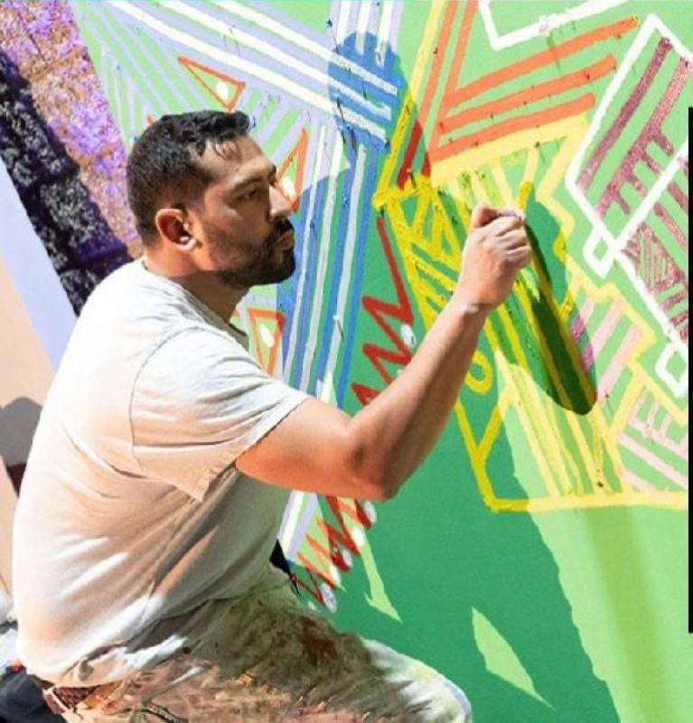 قنديل خلال رسم إحدى لوحاته.