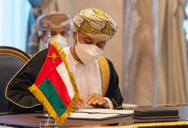 وزير الخارجية العماني يوقع اتفاقية تأسيس مجلس التنسيق المشترك.