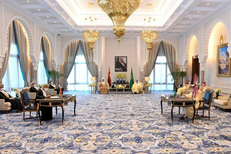 وزيرا الخارجية السعودي والعماني يوقعان مذكرة تفاهم لتأسيس مجلس التنسيق المشترك.
