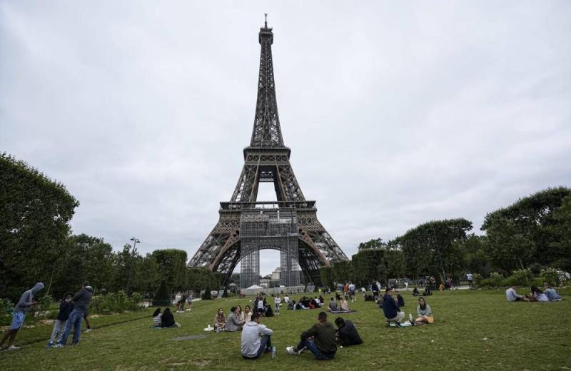 باريس فتحت برج إيفيل للزوار للمرة الأولى منذ أشهر.