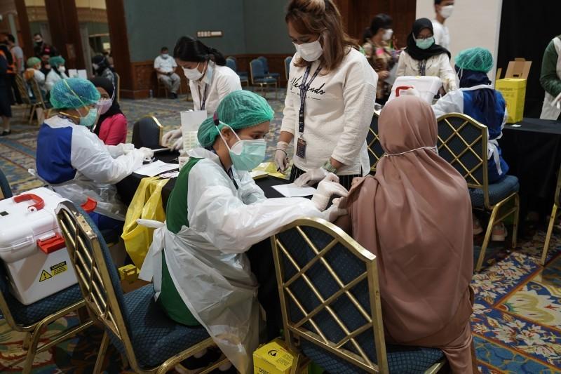 مركز تطعيم في جاكرتا يقدم لقاح ساينوفاك الصيني.
