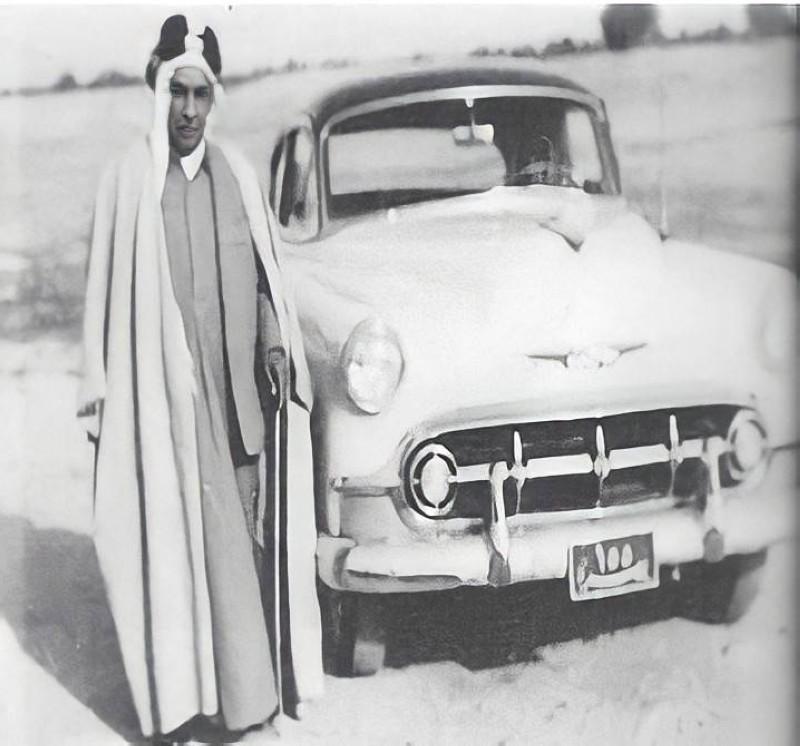 العقيل واقفا بجوار سيارته الخاصة في البصرة