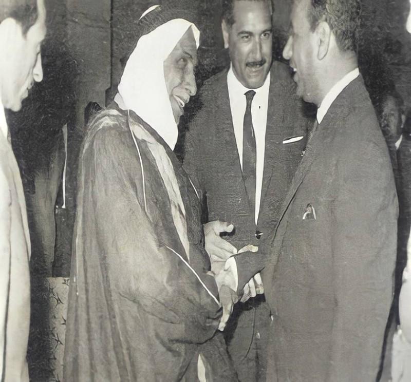 العقيل يصافح المشير عبدالسلام عارف خلال زيارة الأخير للبصرة عام 1966م