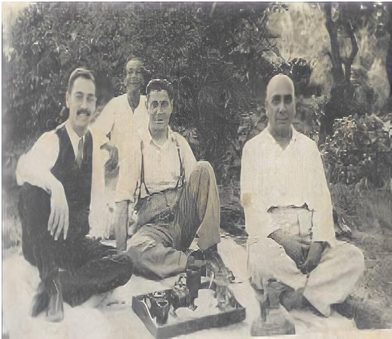 العقيل إلى اليمين مع مرافقيه في القناطر الخيرية خلال زيارته لمصر عام 1951م