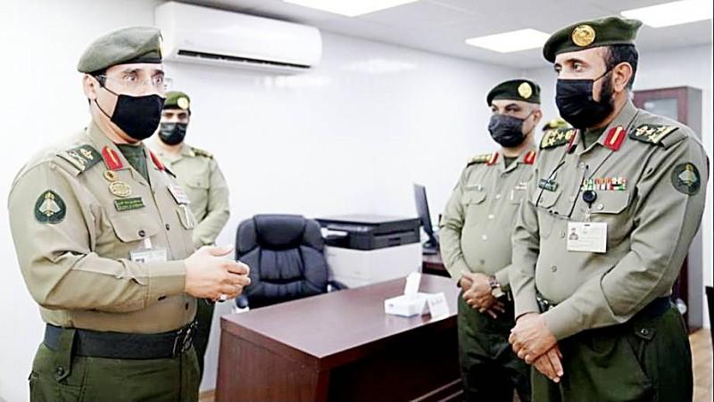 اللواء صالح المربع متفقداً أعمال اللجان الإدارية بمركز الكر.  (عكاظ)