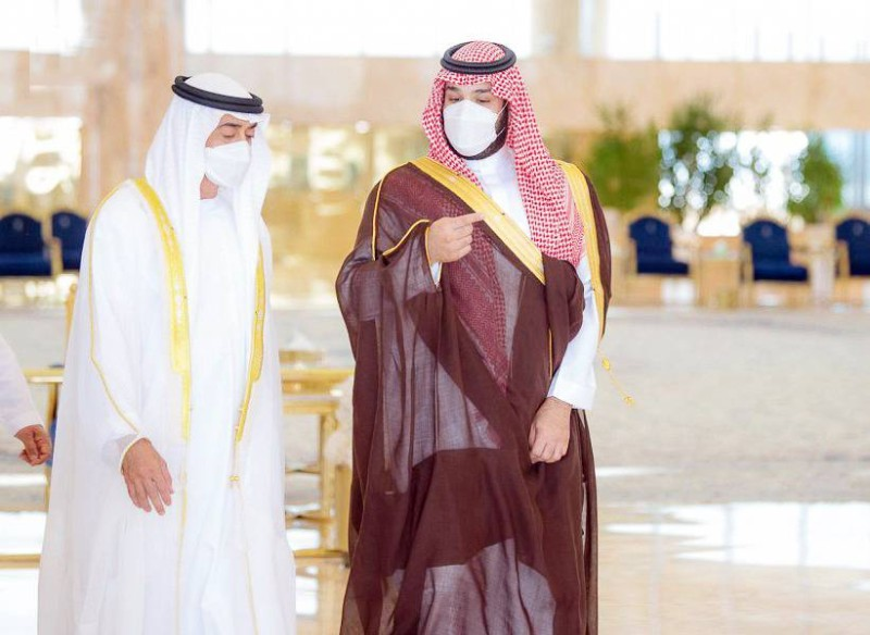 .. ومتحدثاً مع الشيخ محمد بن زايد.  (واس)