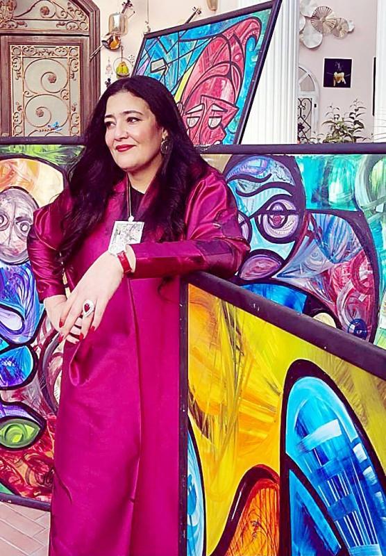شاليمار مع عدد من لوحاتها.