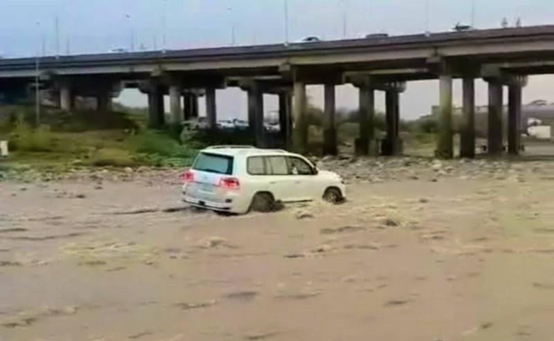 صورة من فيديو متداول لعبور قائد المركبة لسيول وادي جيزان