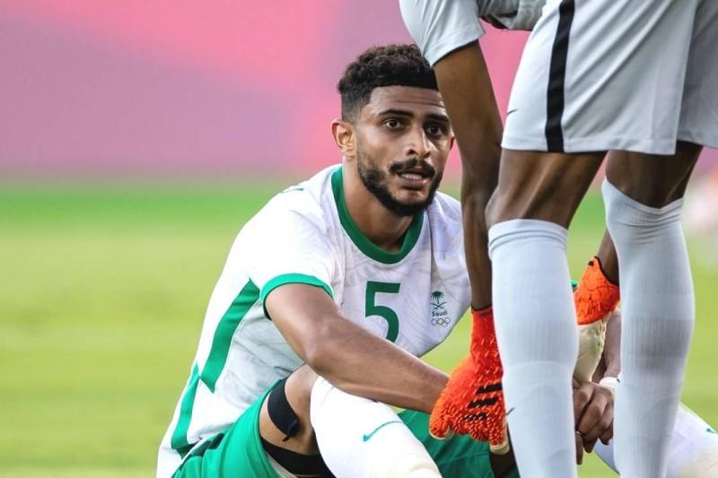 عبدالإله العمري وخيبة أمل بعد أن سجل هدفا في مرمى المنتخب السعودي بالخطأ في مباراة أمام ساحل العاج خلال دورة الألعاب الأولمبية بالعاصمة اليابانية طوكيو 2020 على ملعب يوكوهاما. (Getty)