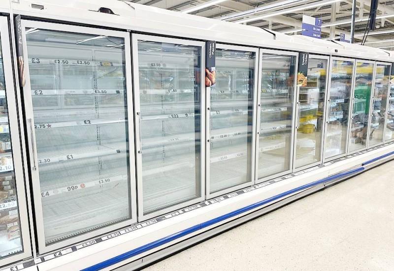 برّادات سوبرماركت تيسكو في لندن خالية من الأغذية.
