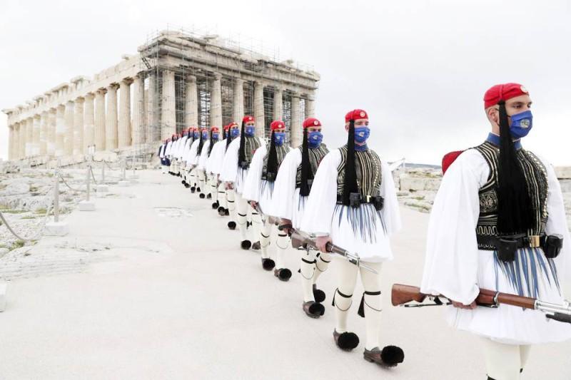 قوات الحرس الرئاسي اليوناني يسيرون على قمة جبل أكروبول.