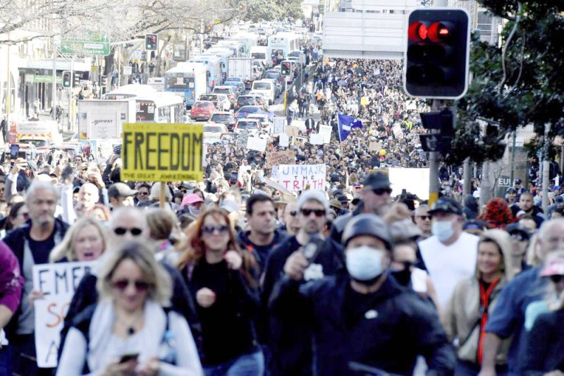 حشود المحتجين على القيود في سيدني.