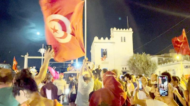 الشعب التونسي يحتفل بإقصاء إخوان النهضة.  (متداول)